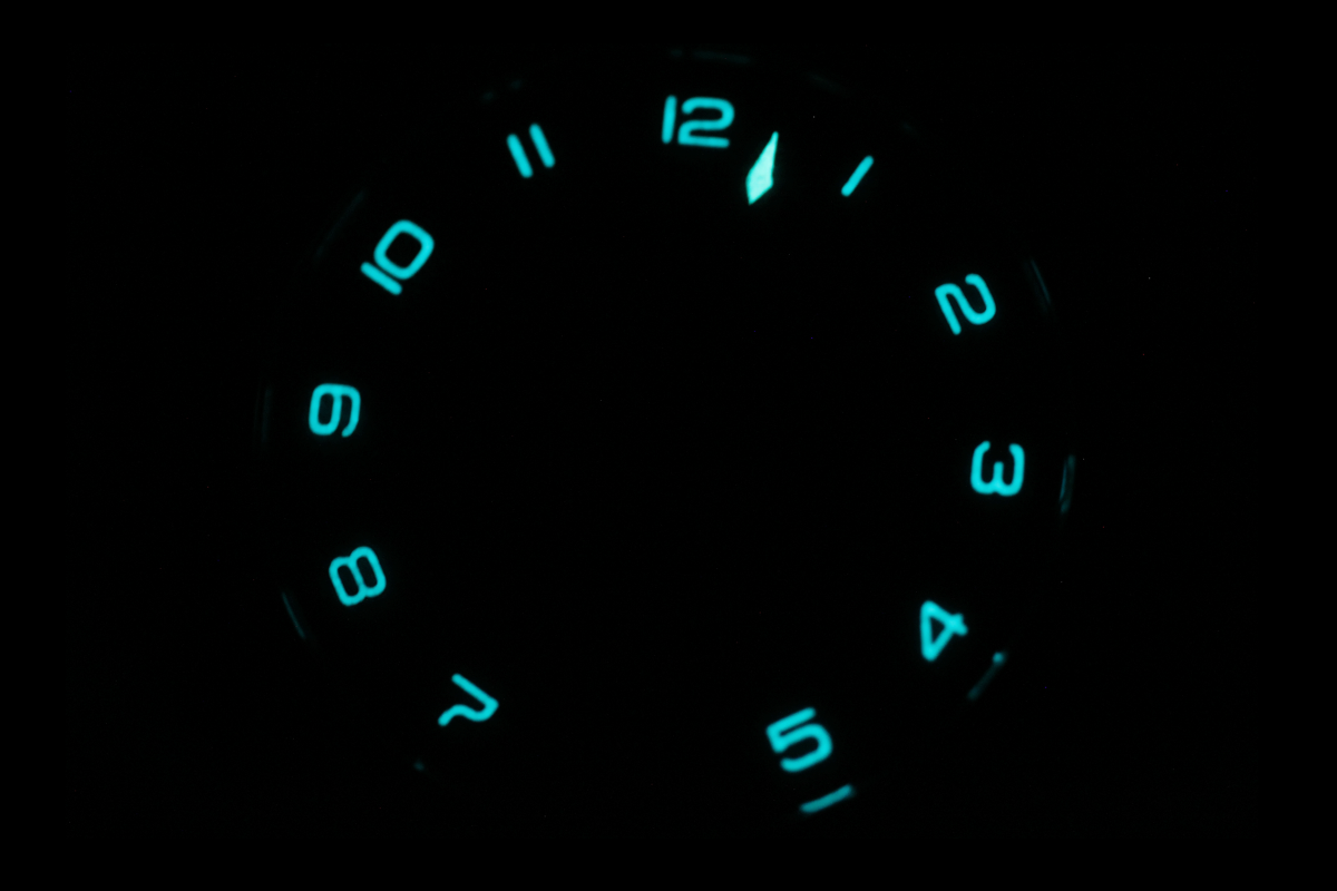 SNGLRTY OHI4 photographed in the dark highlighting the luminescence application on the hour index and the hand