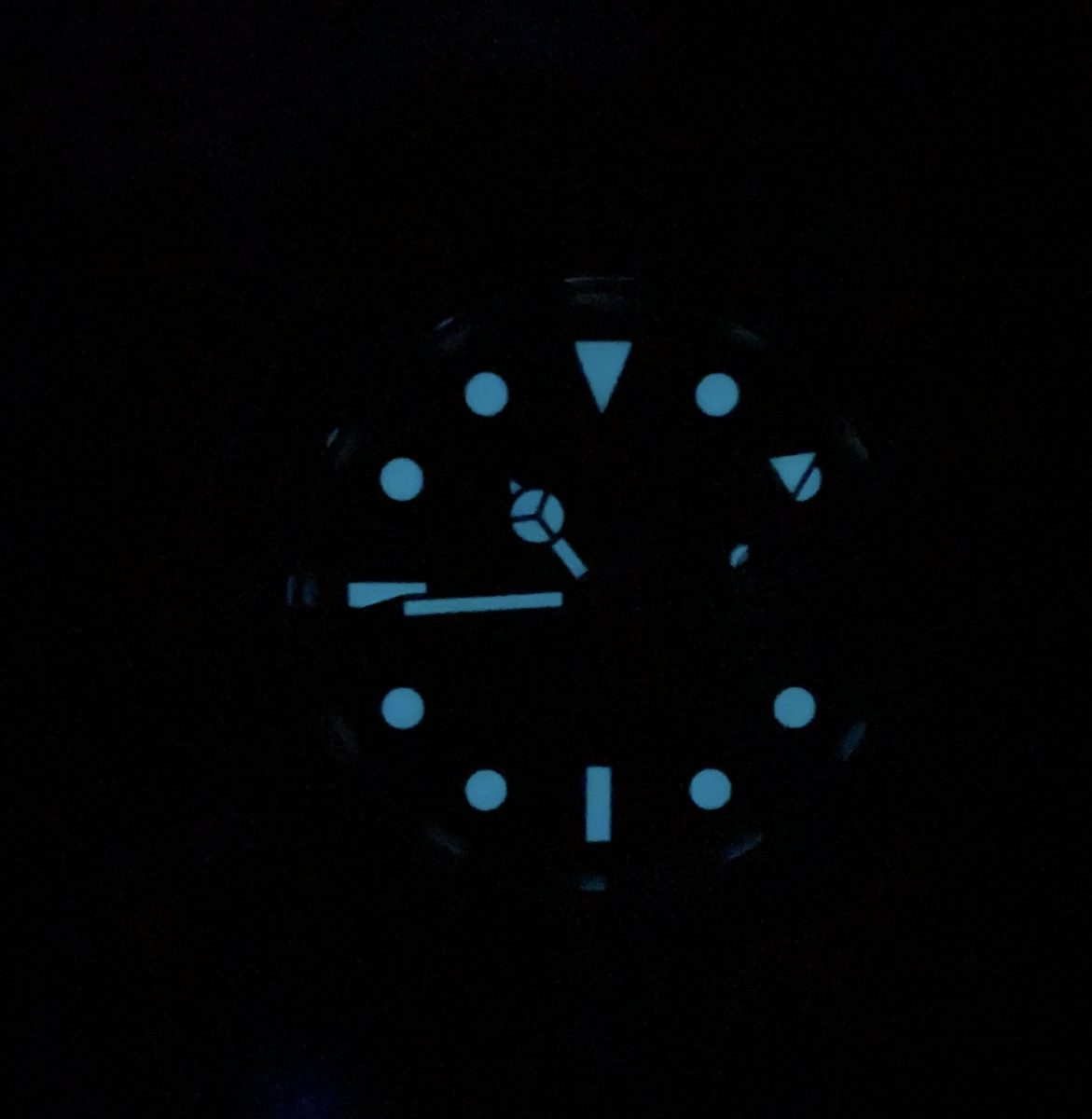 Classic watch face with luminous application highlighted